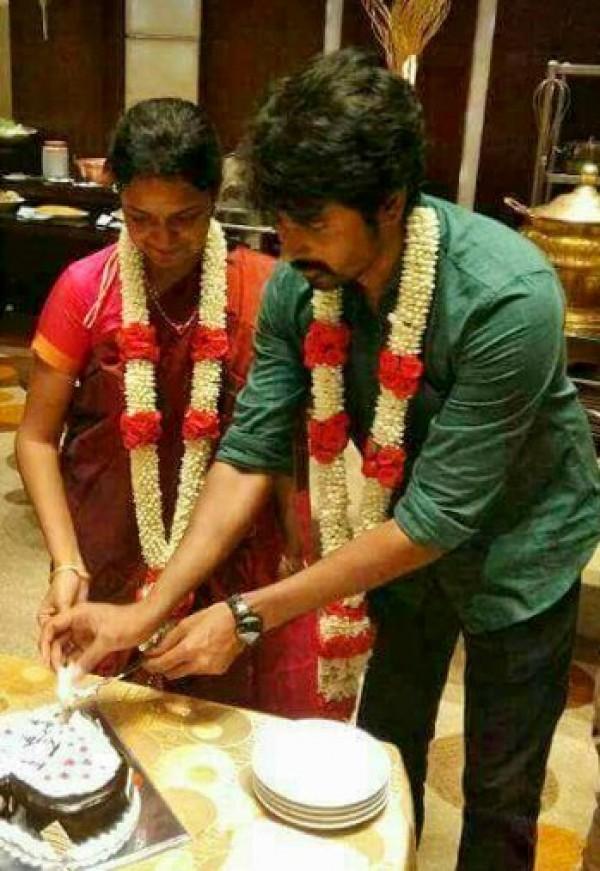 Velaikkaran Actor Sivakarthikeyan And Arthi Celebrate