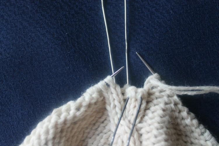 Переплетение петель при помощи шпилек для волос