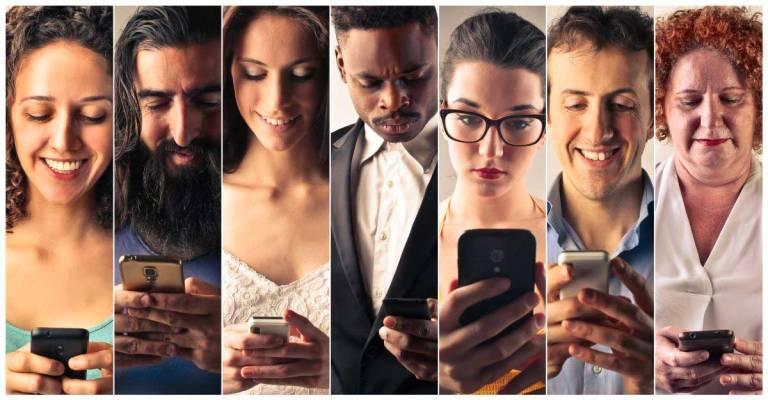 personas ocupando un celular