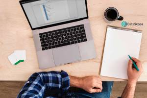 Persona estudiando en un escritorio