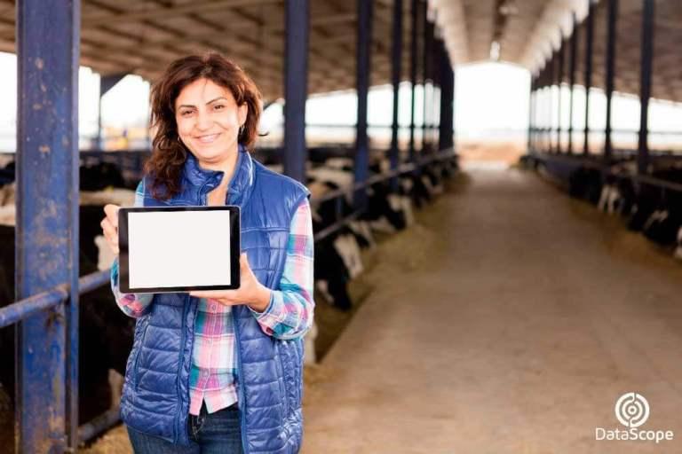 mujer sosteniendo un tablet