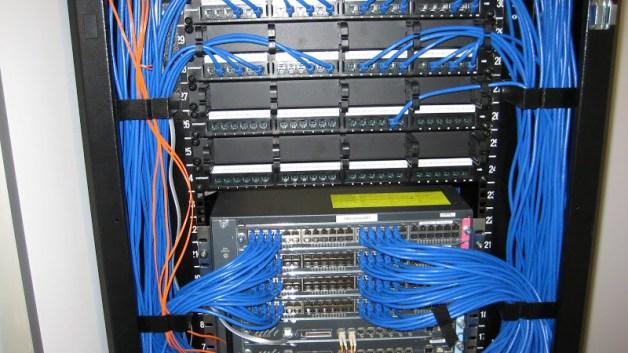 https://i2.wp.com/datatoronto.com/wp-content/uploads/2013/11/patch_panel_cable_wiring_installation2.jpg?resize=628%2C353