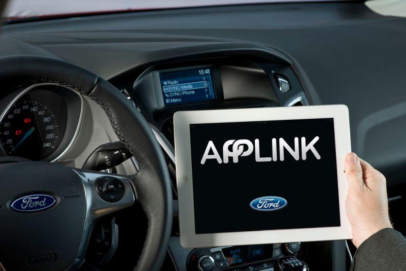 Mehrere namhafte Automobilhersteller und Zulieferer, allen voran die Toyota Motor Corporation als volumenstärkster Pkw-Produzent der Welt, übernehmen die von Ford entwickelte Softwarelösung SmartDeviceLink. Die moderne Schnittstelle-Software eröffnet Autofahrern in aller Welt eine weitere interessante Option, um ihre Smartphone-Apps unterwegs vom Lenkrad aus zu nutzen. Bei SmartDeviceLink handelt es sich um eine Open-Source-Software, auf der auch die Plattform Ford SYNC® AppLink[TM] basiert. Sie ermöglicht die Einbindung und Bedienung von Smartphone-Apps per Sprachsteuerung im Fahrzeug. Bild: Ford-Werke GmbH