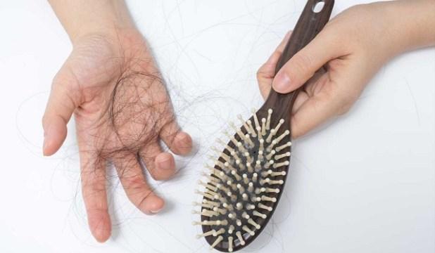 Phân biệt tóc rụng sinh lý và tóc rụng bệnh lý để biết lúc nào cần đi khám ngay