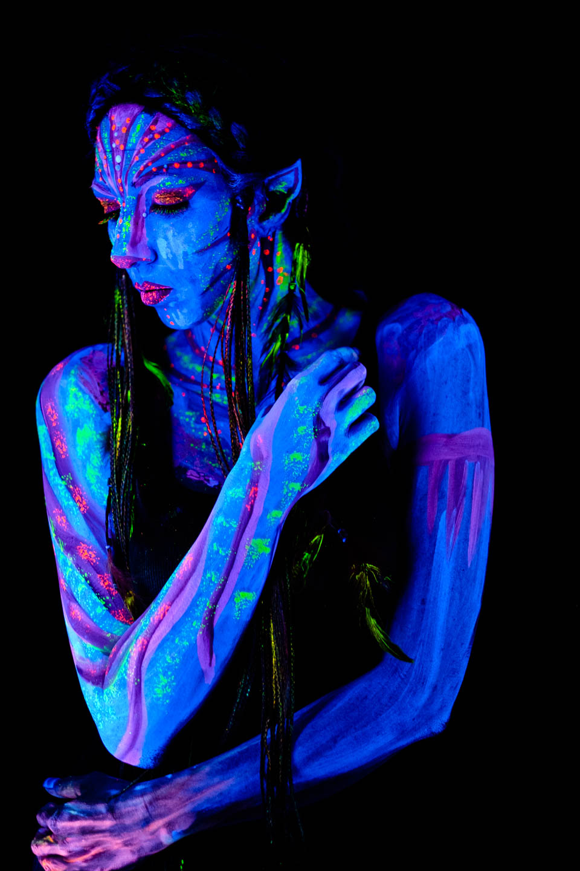 Avatar themed paint and model under blacklight