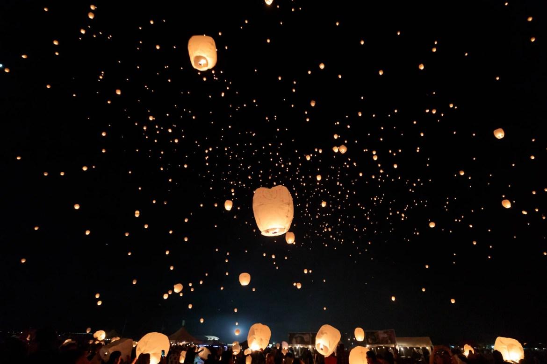 A night sky with lanterns