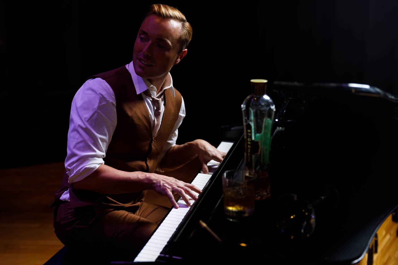 Piano playing scene a la LA LA Land