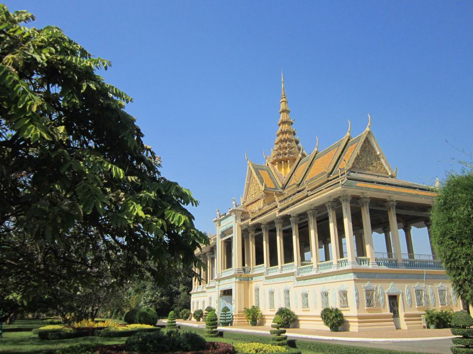 One of the buildings in the Phnom Penh royal palace, with tree's and bushes next to it