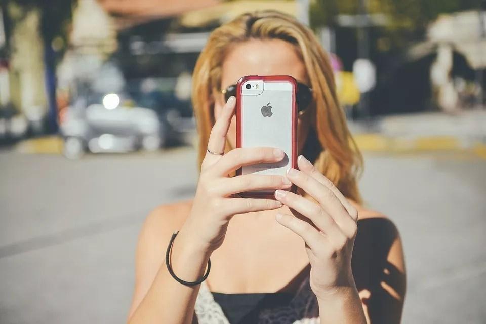 Patrzą i nie widzą – pokolenie smartphone zombies