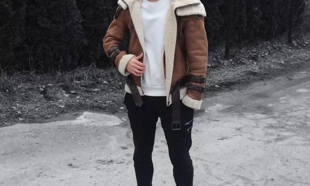 Skórzana kurtka Bane'a + biała bluza – nowoczesna męska stylizacja