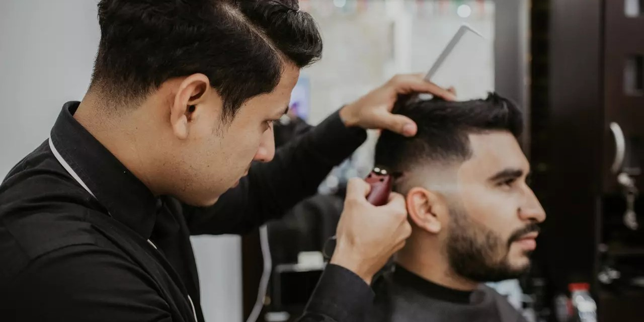 Fryzura na zakola – jakich fryzur używać do maskowania zakoli?