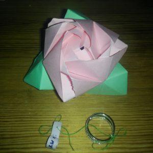 La boîte ouverte, qui se transforme en rose.