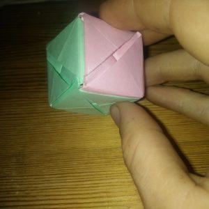 La petite boîte dans laquelle se trouve la bague.
