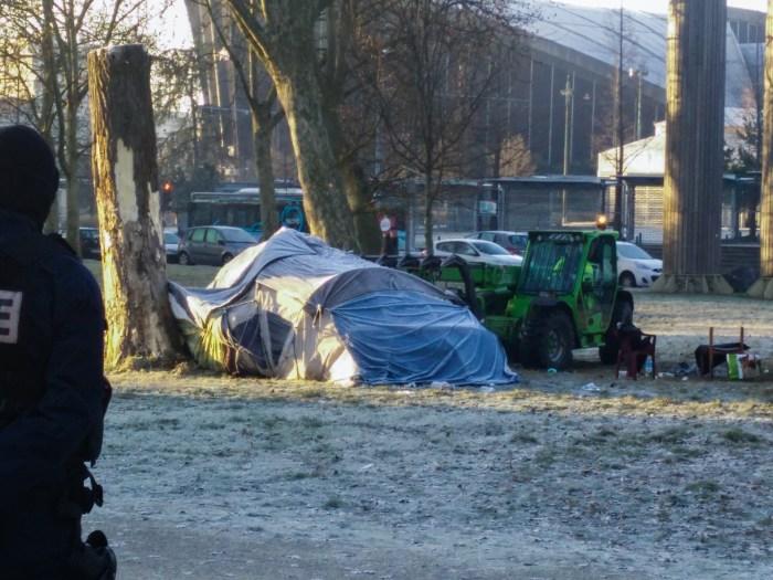 Première tente en démolition. Nous regardons les employés faire, impuissants derrière le cordon de policiers.