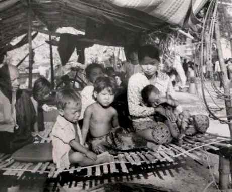 A reforma política do Khmer Vermelho culminou em genocídio, miséria e fome (Foto: Reprodução)