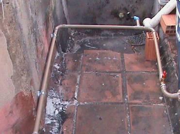 Canalização para banheiros, tanque e máquina de lavar roupa (Foto: Alan Azambuja)