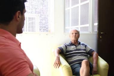 Eu e Augustinho Borges conversando na Fundação Cultural de Paranavaí (Foto: Amauri Martineli)