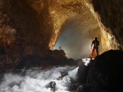 Stephen Alvarez é especialista em fotografar cavernas