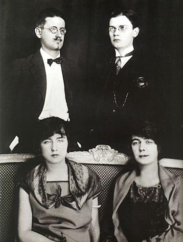 James Joyce (à esquerda) e Nora