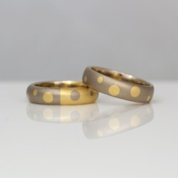 18ct gold ring with dots