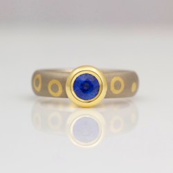 contemporary sapphire gold ring
