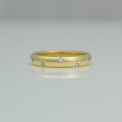 diamond srandomly set in 18ct gold