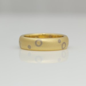 18ct yellow gold ring with random dots & circles