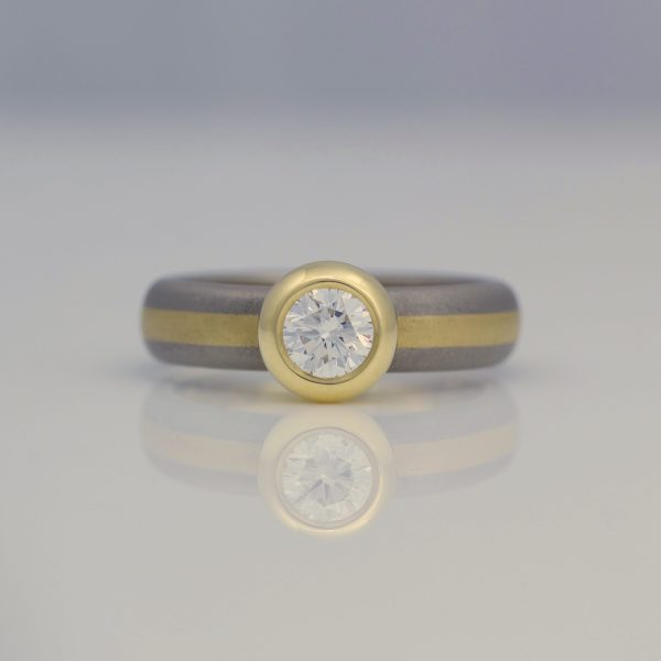 Brilliant cut diamond center stripe 18ct ring