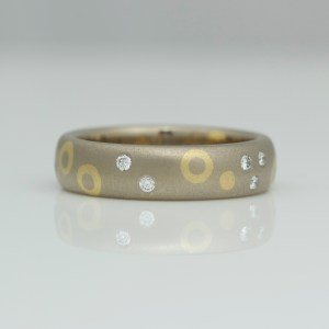 18ct gold ring with diamonds, dots and circles.