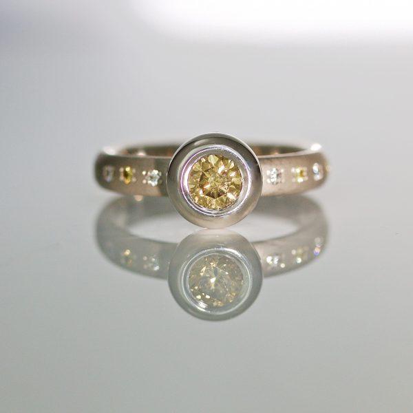Natural yellow diamond in platinum 1019