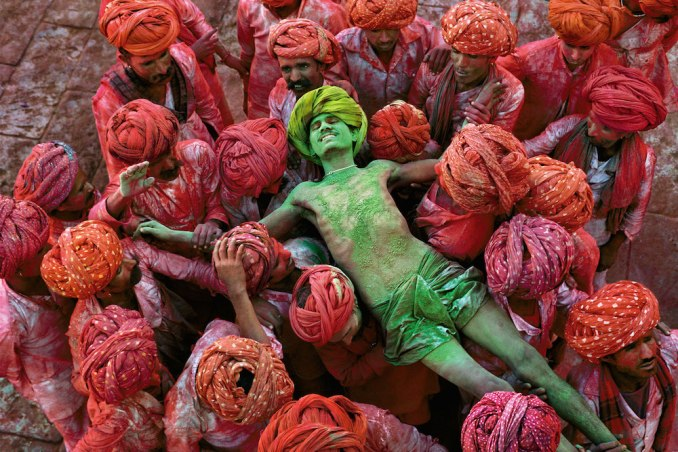 Steve-McCurry-Holu-a-festival-that-welcomes-spring-is-celebrated-with-public-spraying-of-colorful-powders.-Rajasthan-India-1996