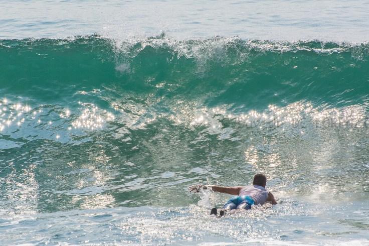 """Il surf, sia come sport che come filosofia di vita, è lontanissimo da noi: non abbiamo l'oceano, non abbiamo quelle onde - e neppure quelle spiagge.... Eppure, lo conosciamo bene, ci è familiare, come tutto quello che riguarda gli US: gli yankees hanno sempre usato il cinema per colonizzare il mondo, esportando e rendendo vincente il loro lifestyle, l'ideologia, la filosofia dei vincenti, e certo anche lo sport, surf incluso. Il primo pensiero va ovviamente all'immarcescibile 'Big Wednesday', seguito a ruota, o forse battuto sul filo di lana, da """"Point Break"""". E dopo il cinema, la musica: quindi, vai col surf pop e surf rock, surf music in genere. Qui non siamo in America ma in Sri Lanka, e l'Oceano c'è, eccome. E anche le onde... E anche qui i surfisti sono belli, tonici, sorridenti, indolenti e sicuri della loro fisicità. Arrivano all'alba con la loro tavola e scendono in acqua sorridendo e parlando sottovoce. Concentrati e pazienti, sanno attendere facendosi cullare dal respiro immenso dell'Oceano. Poi, attraverso segnali indecifrabili ad uno cresciuto a piadina e Adriatico, pagaiano come folli verso murate d'acqua scintillanti, si girano e saltano sulla longboard trasportati dalla forza sovrumana delle onde. Solo una manciata di secondi nei quali comandano il mare con piccoli movimenti dei piedi, delle braccia e del busto. Sono belli e pieni di potente armonia. Darei non so cosa per volare sull'onda come loro per 10 secondi ma il massimo che posso fare e cercare la luce giusta e fermarli in una foto..."""