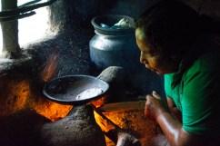 Sri Lanka - In una capanna di paglia e fango una contadina prepara una piccola focaccia di farina di riso e miele di fiore di banana. Resto incantato dal fuoco e dalle traiettorie delle scintille che partono dalla padellina verso la finestrella.