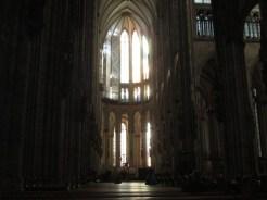 Dentro il Duomo c'è un'atmosfera vibrante.