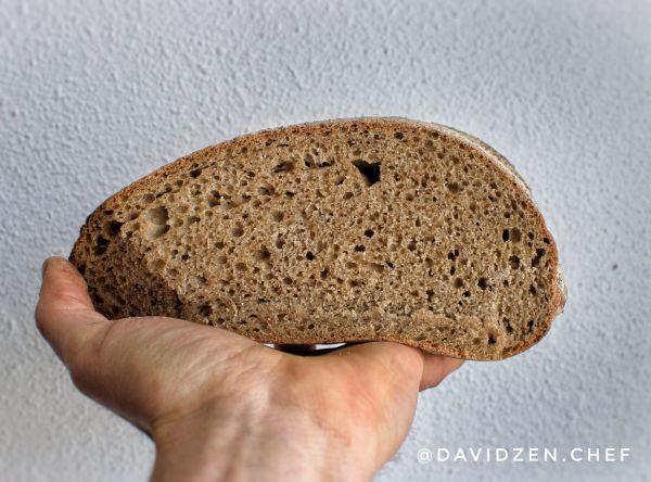 Pan de Trigo integral cortado por la mitad