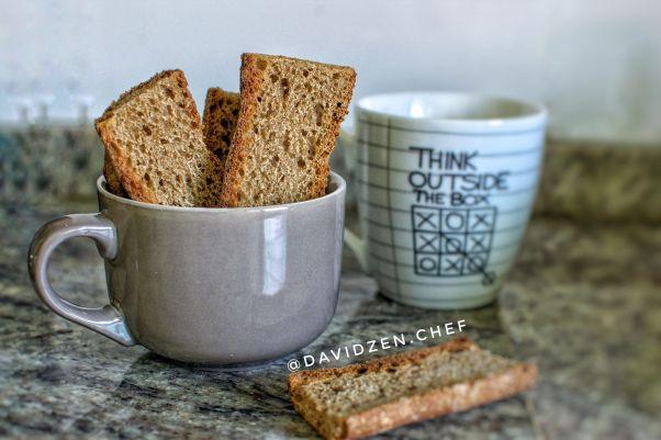 Tostadas de pan integral casero listas para comer