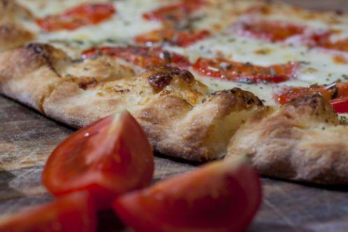 Pizza con bordes crujientes lista para comer