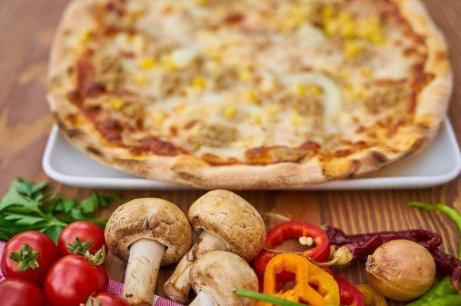 Masa de pizza crujiente con queso y tomate