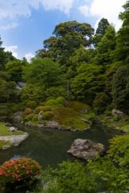 Une petite pause dans le temple afin d'admirer le jardin.
