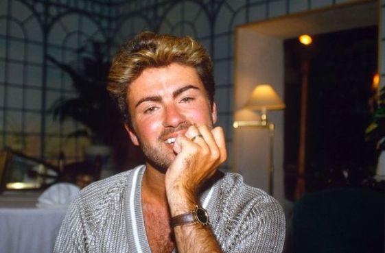George était sexy, quoi qu'il fasse