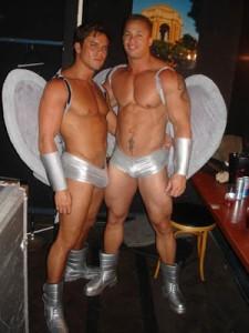 un bar et deux pornos stars en costume d'ange