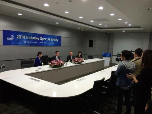 Presskonferens i samband med konferensen.