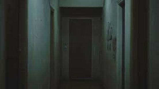 empty-corridoors-leading-to-empty-room