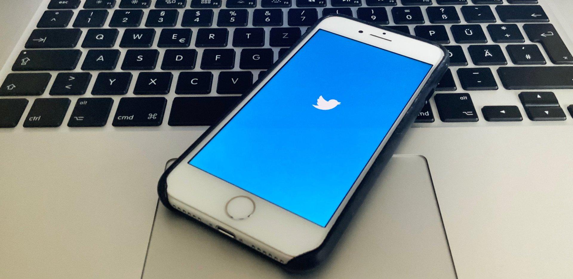 Smartphone mit Twitter-Logo