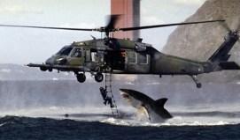 En este montaje un tiburón blanco «ataca» a un soldado británico en Sudáfrica