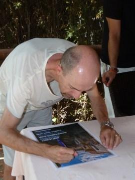 Corrado Rossi firmando uno de los carteles
