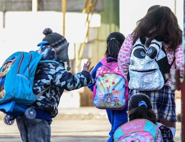 Estudiantes de de nivel básico regresaron esta día a clases para continuar el ciclo escolar 2019-2020 luego de haber finalizado el periodo vacacional por los festejos de Navidad y Año Nuevo.  FOTO: MARIO JASSO /CUARTOSCURO.COM