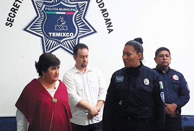 Laurel Galicia, el día que fue nombrada jefa del Mando Único en Temixco, y secretaria de seguridad publica municipal. A su derecha, la entonces alcaldesa, Irma Camacho, fallecida en julio pasado.