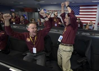 Miembros de la misión de control de la sonda InSight celebran tras recibir confirmación de que la sonda se posó en suelo marciano el 26 de noviembre de 2018 en el Jet Propulsion Laboratory en Pasadena, California (Foto: AFP).