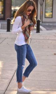 Jeans y tenis blancos